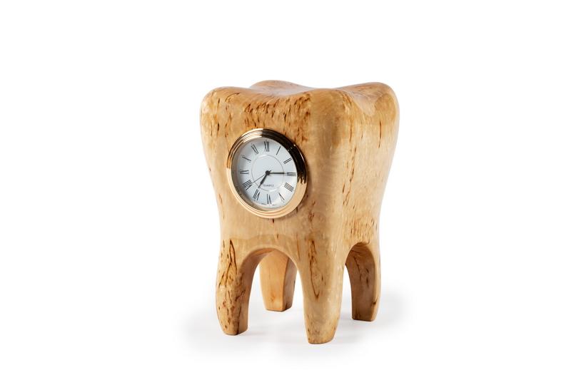 Часы из карельской березы настольные Зубик.