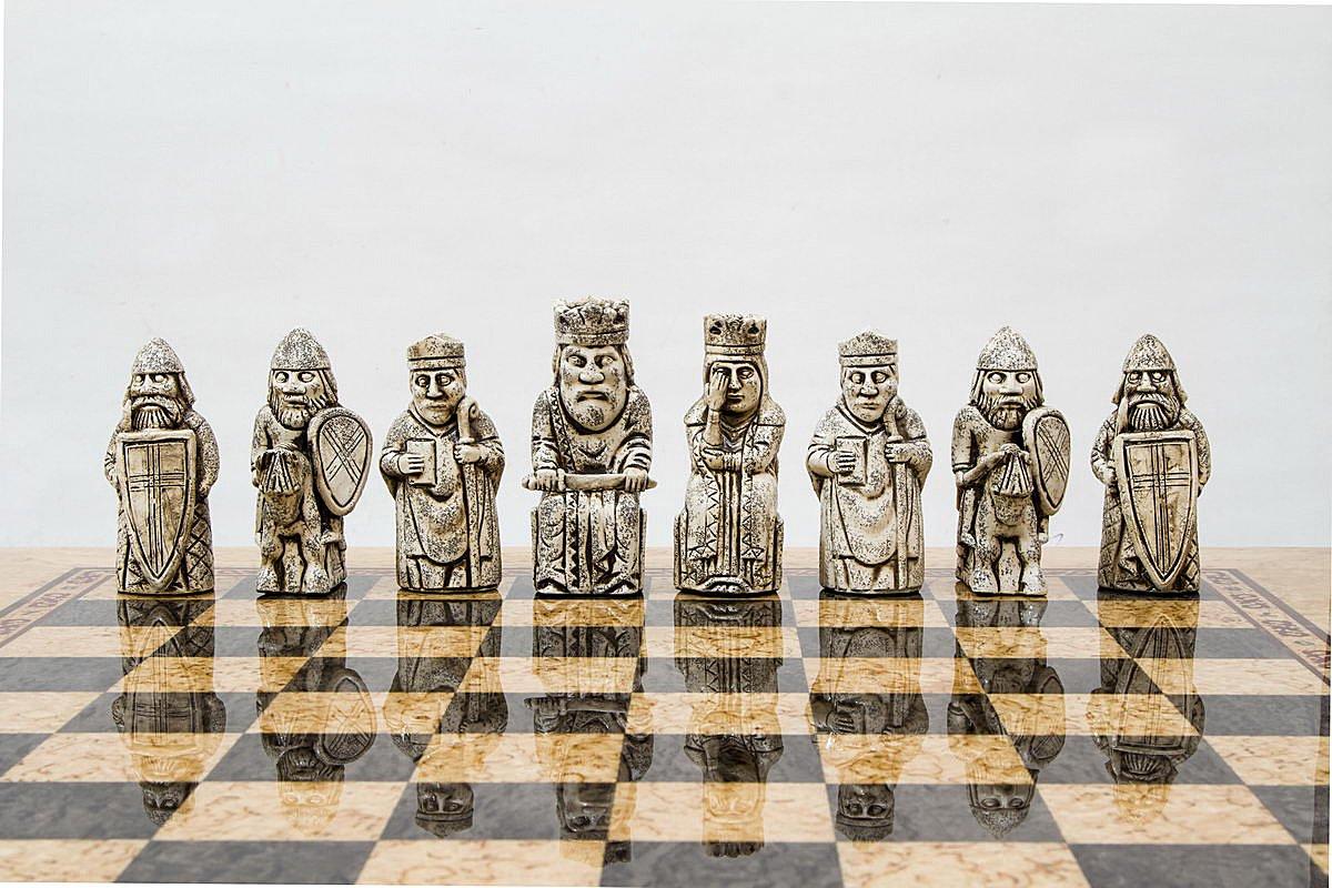 Шахматы с острова Льюис реплика. Карельская береза. Дорогие шахматы ручной работы.