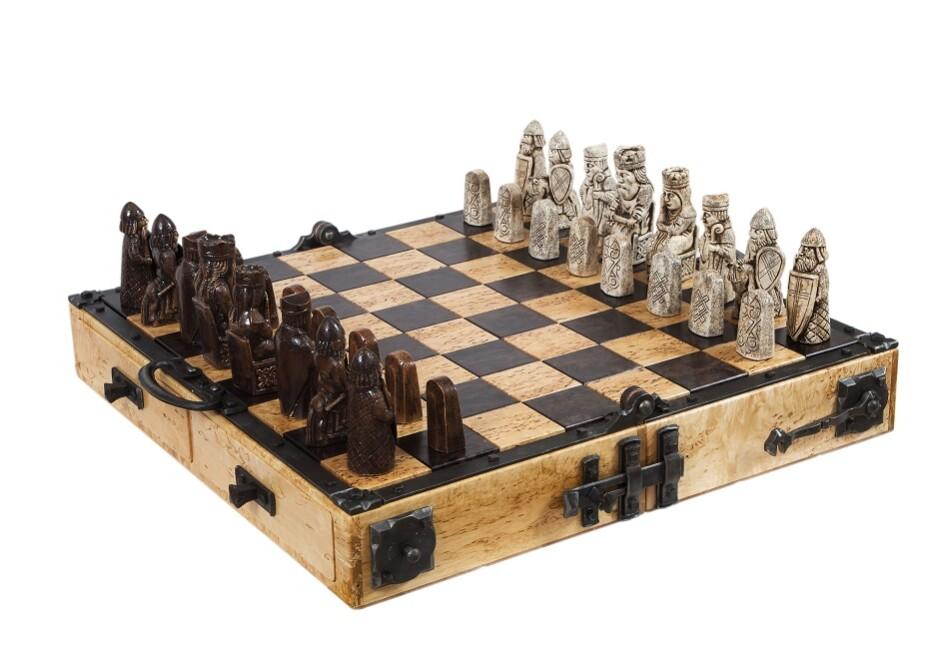 Дорогие шахматы ручной работы. Реплика знаменитых шахмат с острова Льюис.