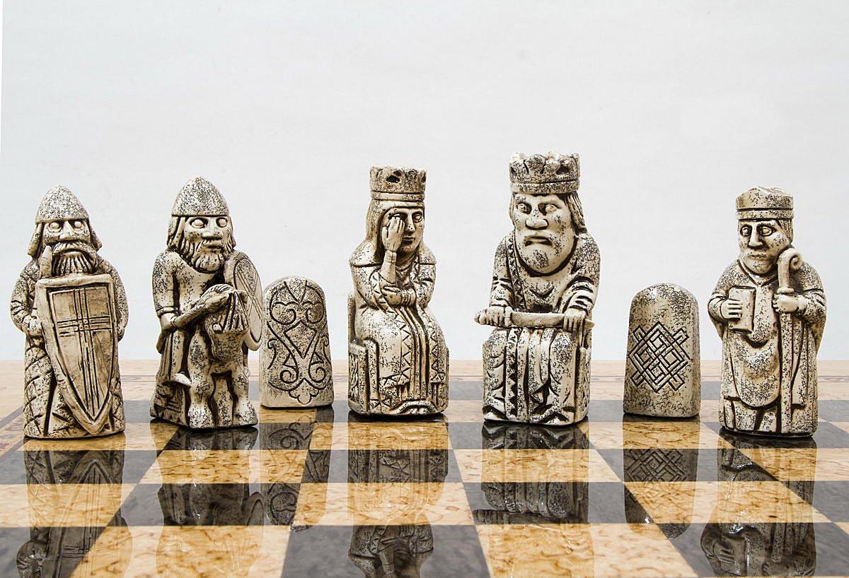 Шахматы из карельской березы с острова Льюис вид 2