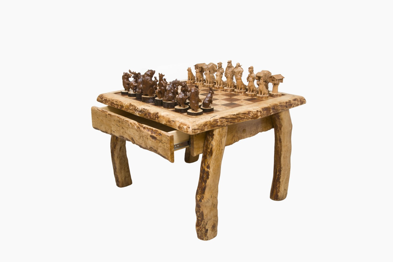 Шахматы подарочные их карельской березы. Шахматы для охотника.