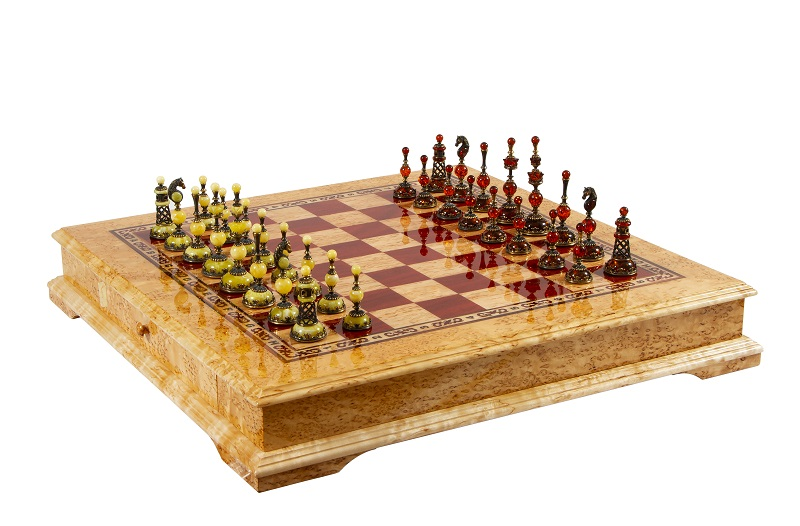 Шахматы с фигурками из янтаря